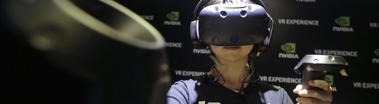 Eine Frau trägt das HTC Vive VR Headset