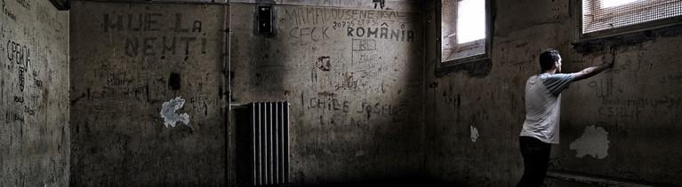 Mann in Kellerraum