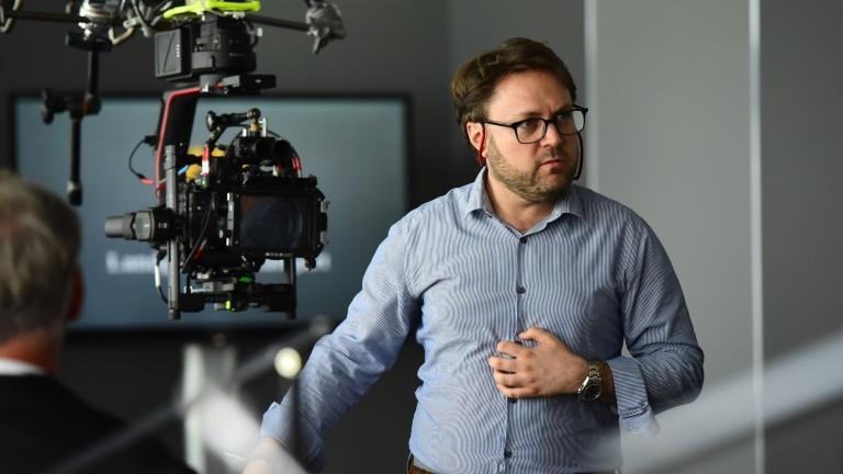 Filmemacher Daniel Harrich neben einer Kamera