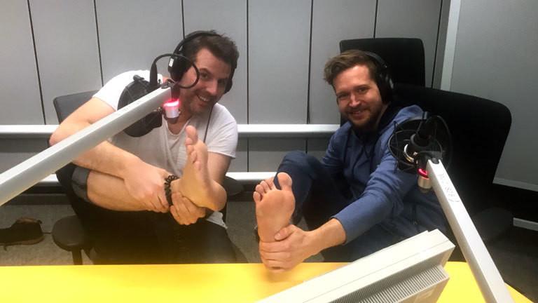 Barfußtrainer Emanuel Bohlander und Moderator Ralph Günther