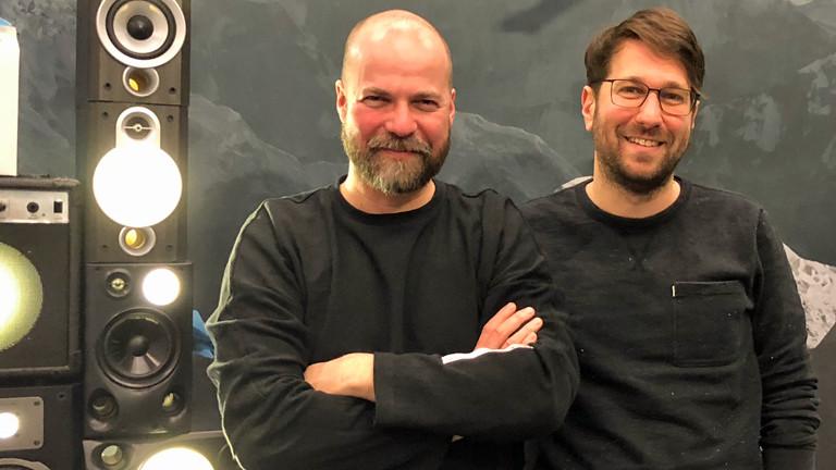 Der Musiker Curse im Deutschlandfunk-Nova-Studio mit Moderator Sebastian Sonntag.