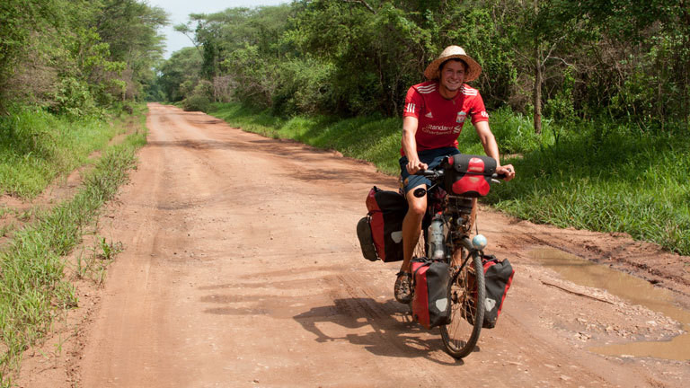 Anselm Nathanael Pahnke mit dem Fahrrad unterwegs in Uganda