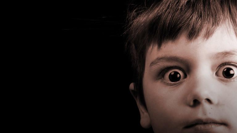 Ein Kind mit weit aufgesperrten Augen