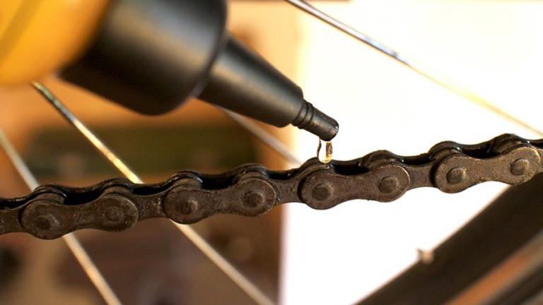 Eine Fahrradkette wird geölt