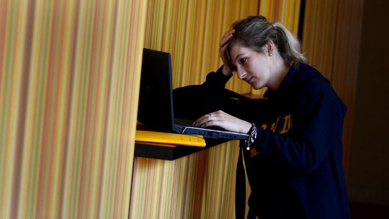 Eine Studentin an ihrem Notebook