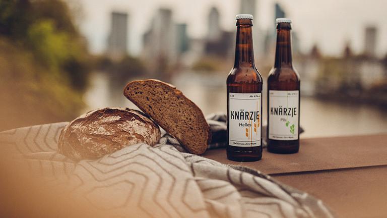 Brot und zwei Flaschen Knärzje-Bier