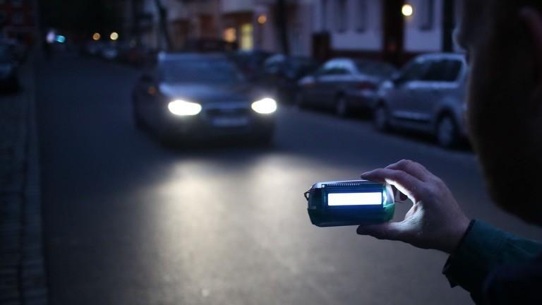 Ein Auto nähert sich in der Dämmerung dem selbstgebastelten Radargerät