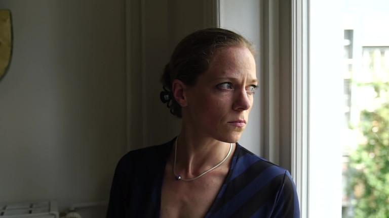 Anna Schatz blickt aus dem Fenster