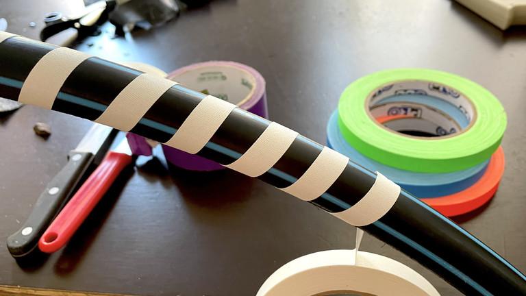 Selbstgebastelter Hula-Hoop-Reifen, umwickelt mit Tape.