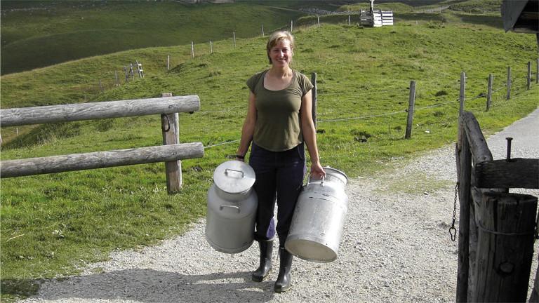 Mit Milchkannen: die Autorin Katharina Afflerbach auf der Alp