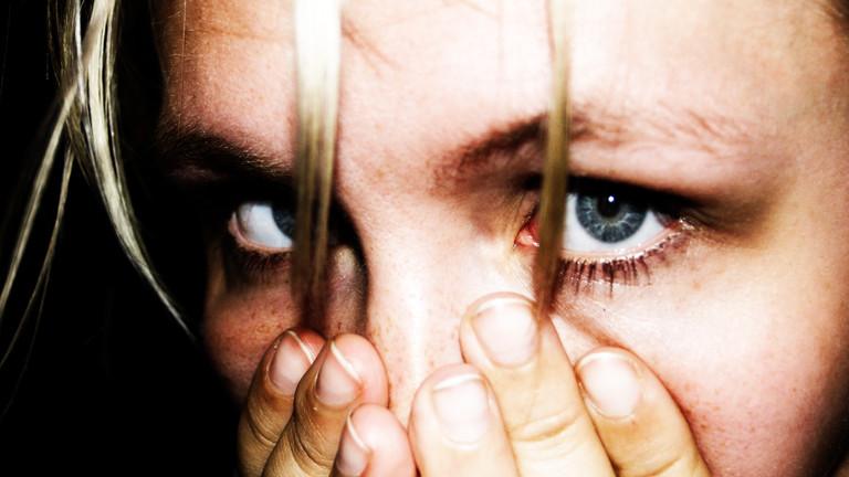 Frau erschreckt sich