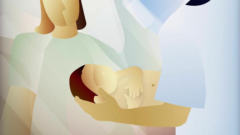 Eine Hebamme hält ein Kind im Arm
