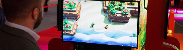 Ein Mann spielt The Legend of Zelda an einer Nintendo-Konsole