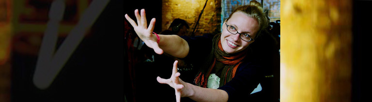 Eine Frau streckt die Hände nach vorne