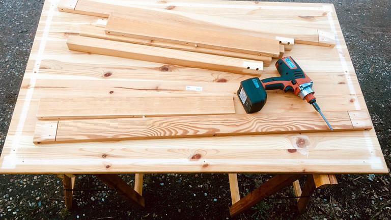 Holztisch und Bohrer
