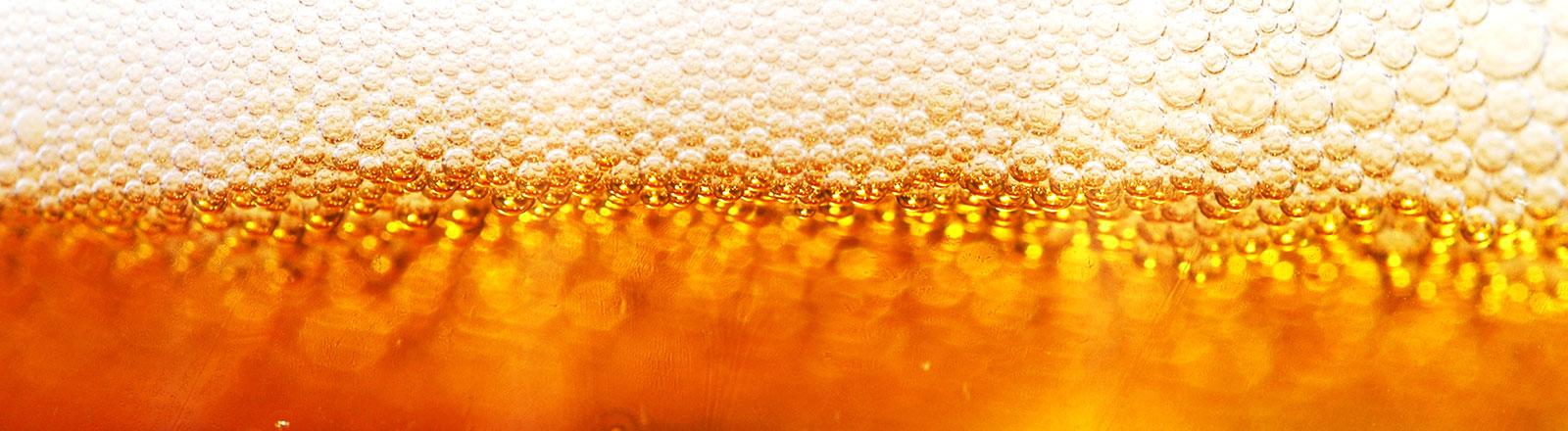 Bernsteinfarbenes Bier mit Schaumkrone