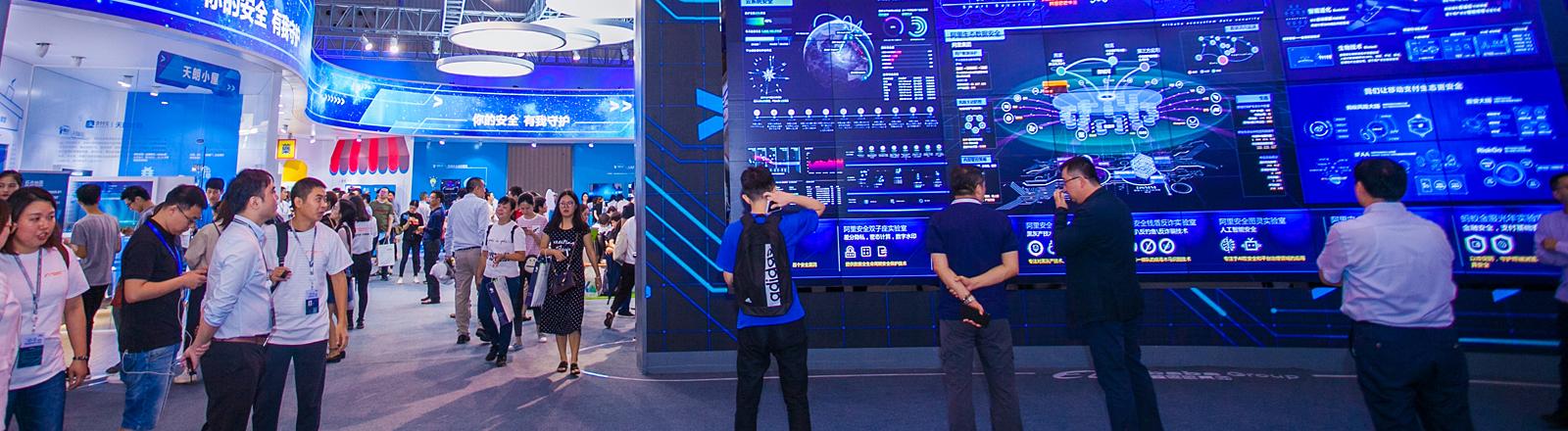 Menschen auf einer Digitalmesse