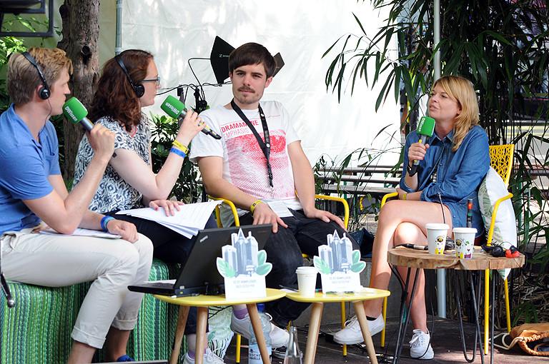 Moderatoren mit Interviewgästen Matthias Kurth und Jessica Timm.