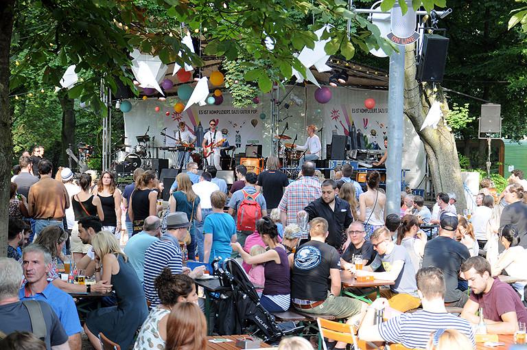Bühne und viele MEnschen im Stadtgarten