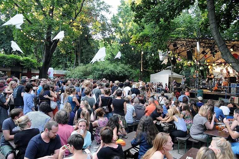 Blick auf die Menge im Kölner Stadtgarten