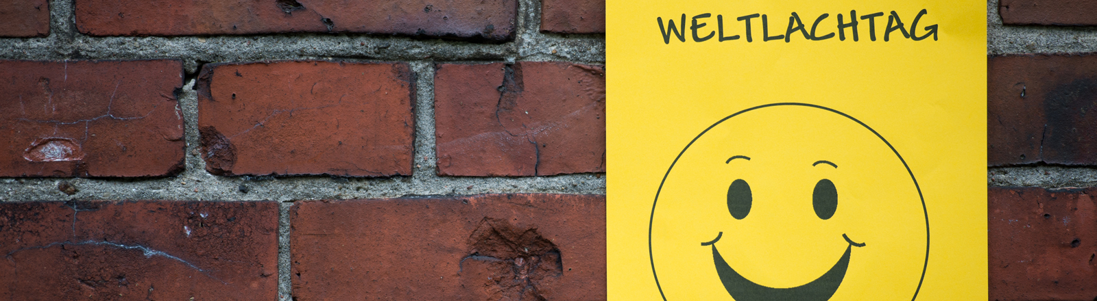 Weltlachtag-Smiley auf Hauswand. Copyright: dpa