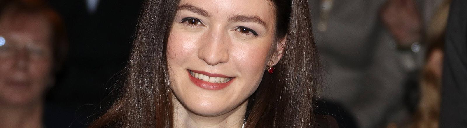 Lächelnde, junge Frau