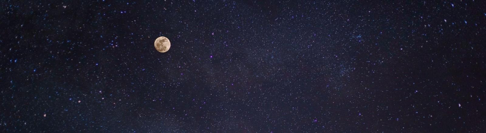 Vollmond und Sternenhimmel