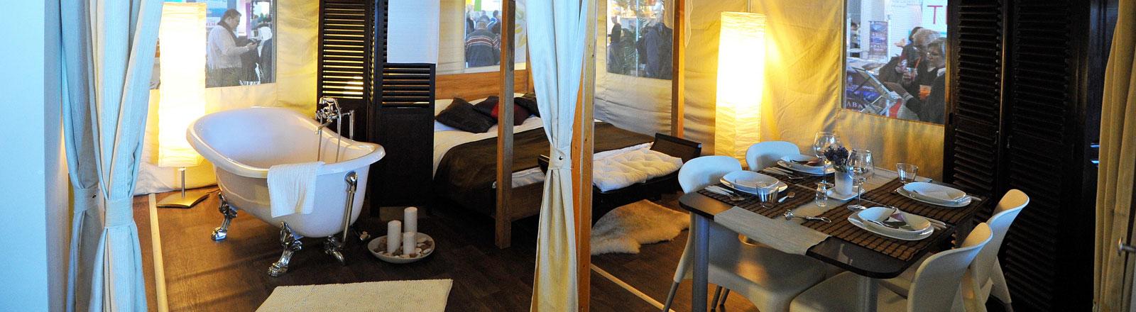 Ein Luxuszelt mit Badewanne und Himmelbett, das über die Reisefirma Vacanoeselect gebucht werden kann, ist auf der Reisemesse CMT in den Hallen der Messe Stuttgart ausgestellt