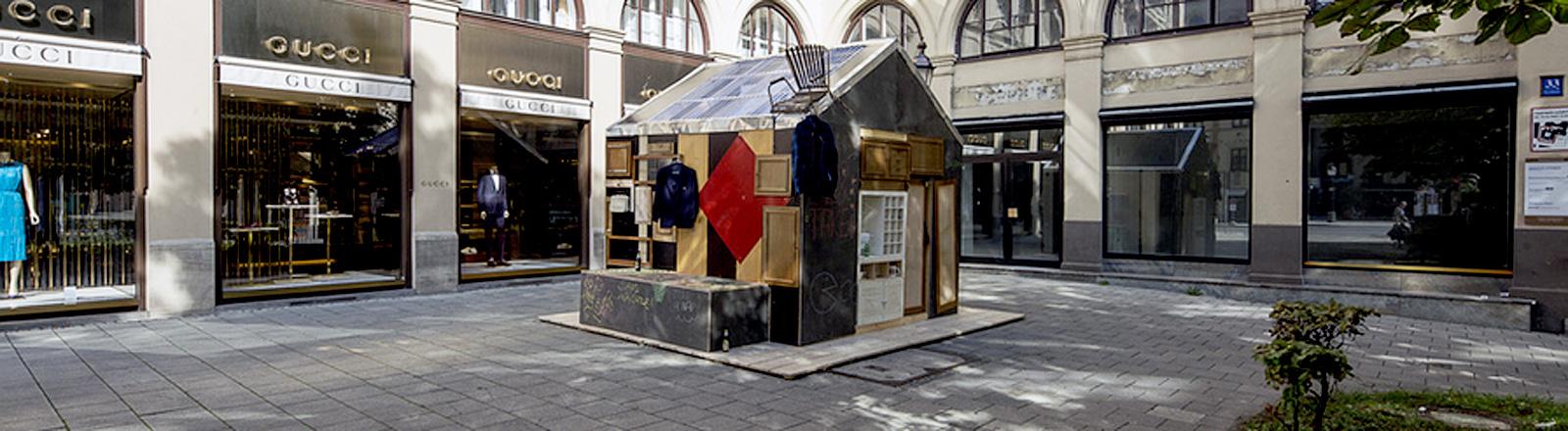 Hütte vor Luxusläden