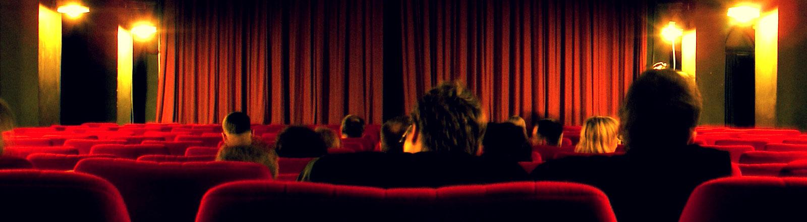 Kinopublikum sitzt in einem Kinosaal