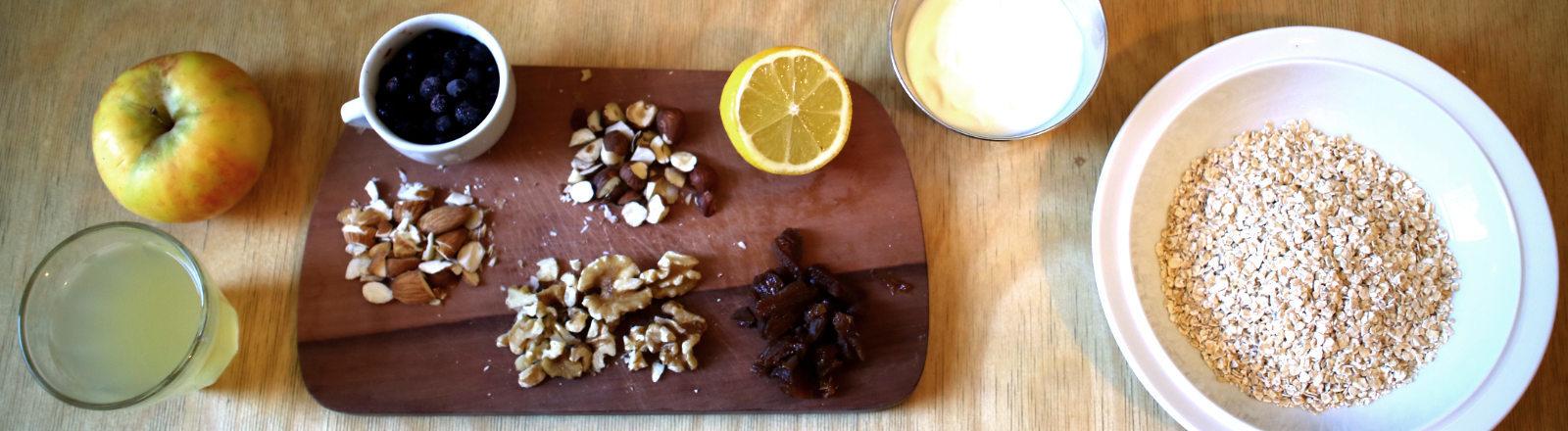 Ein Brett mit einer Tasse Kaffee und Müsli