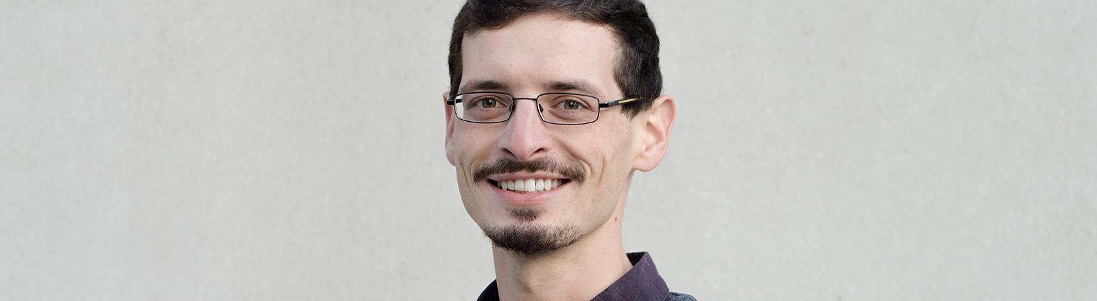 Junger Mann mit Brille