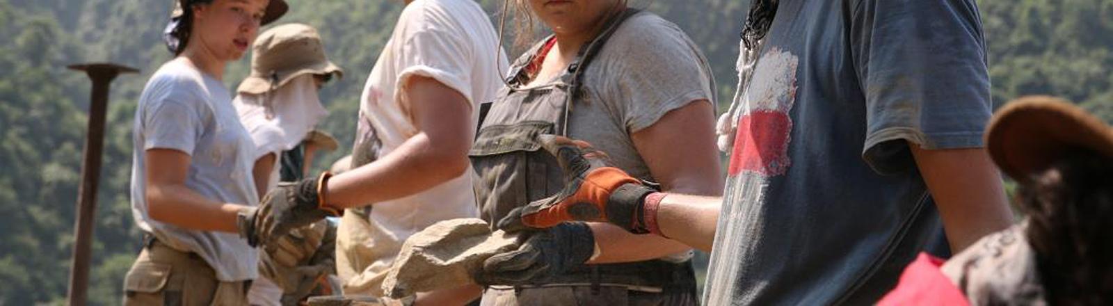 Jugendliche auf einer Baustelle