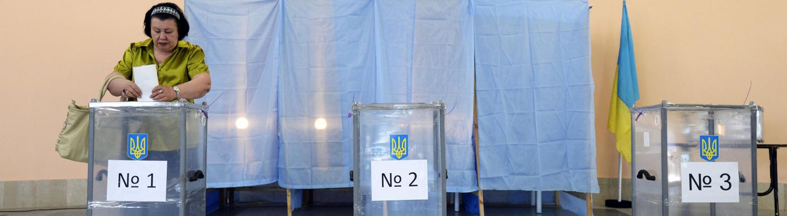 Eine Frau in der Ostukraine geht wählen
