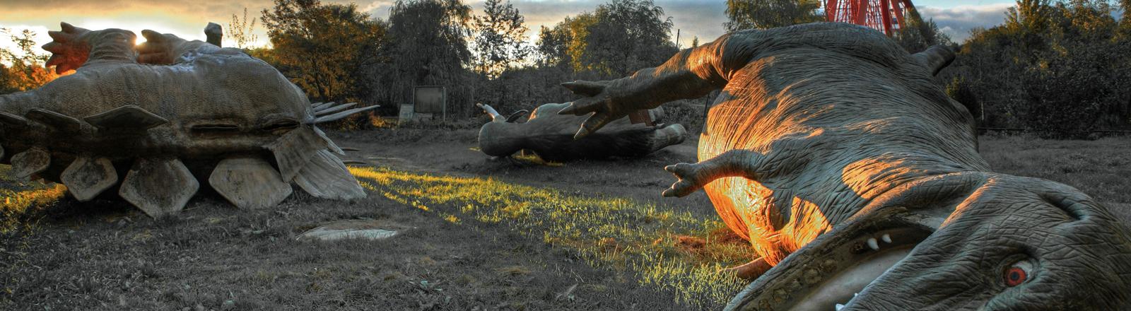 Dinosaurier auf der Erde liegend