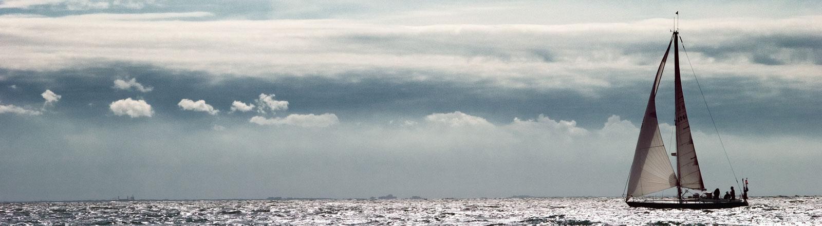 Ein Segelboot auf dem Meer.