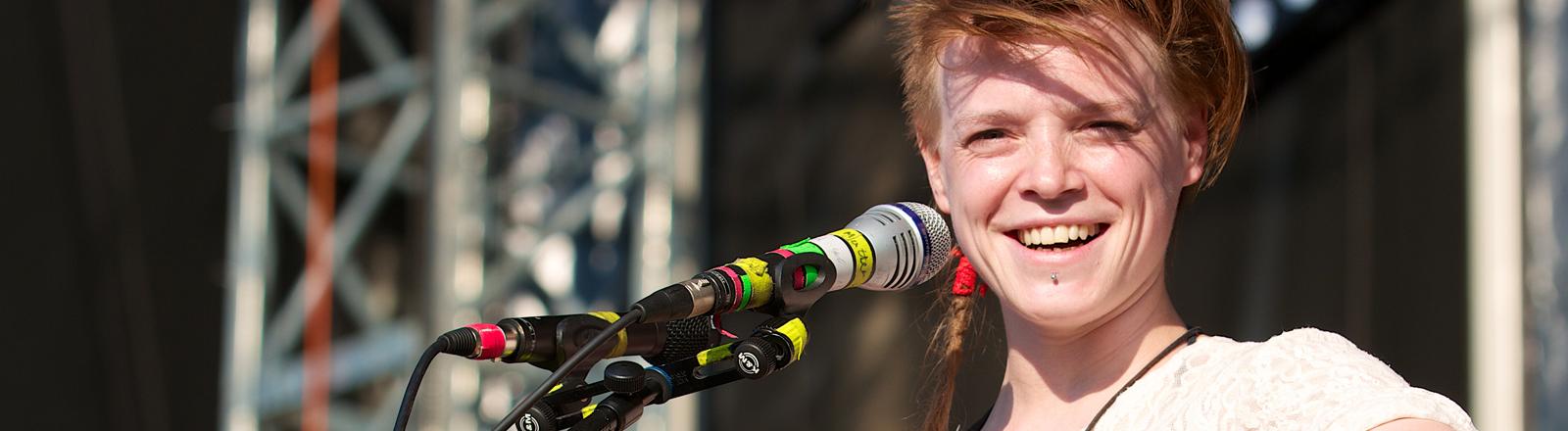 Wallis Bird, irische Singer- und Songwriterin, aufgenommen am 07.07.2013 in Mainz.