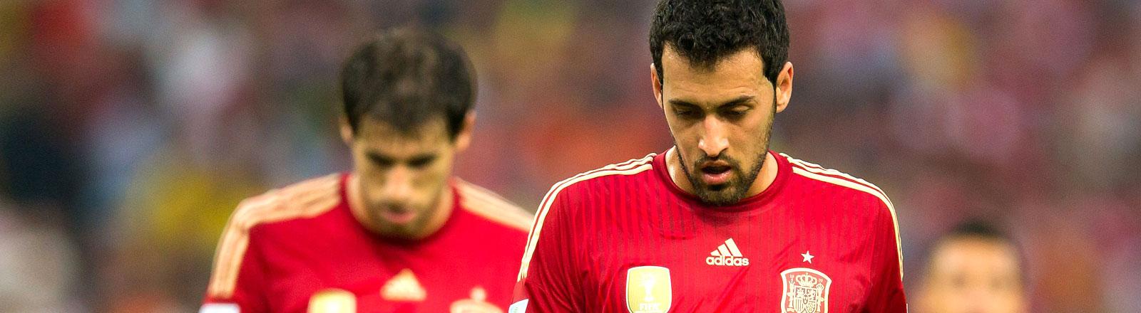 Die Enttäuschung zweier spanischer Nationalspieler bei der Niederlage gegen Chile bei der WM 2014.