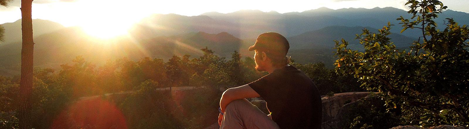 Reisejournalist Markus Steiner schaut in die Sonne