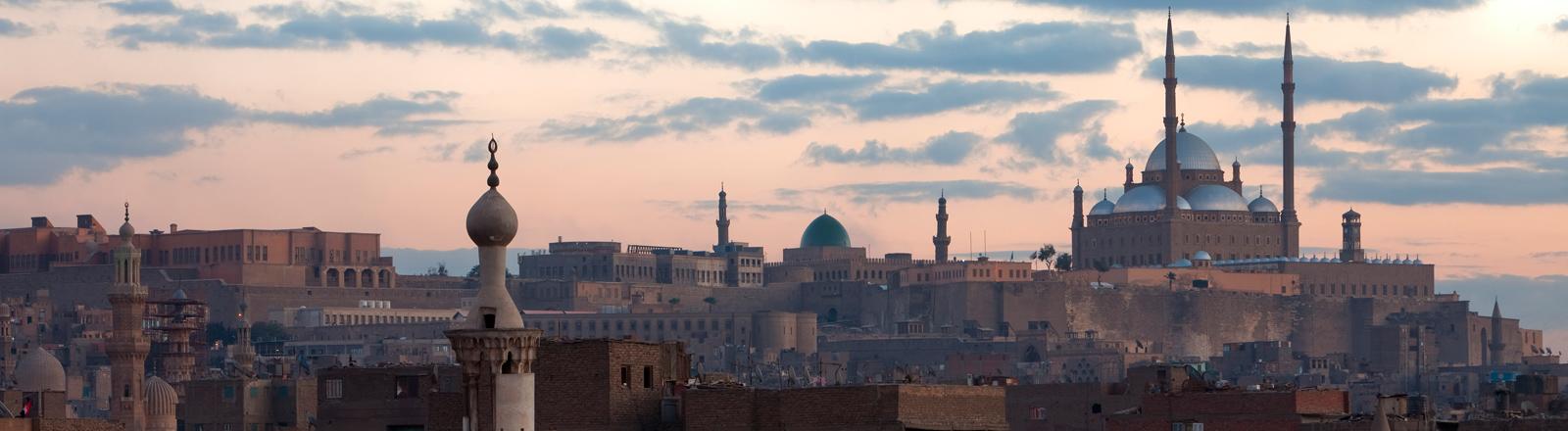 Blick vom Dach der Mu'ayyad Moschee auf die Zitadelle mit Kairos Wahrzeichen, der Mohammed Ali Moschee.