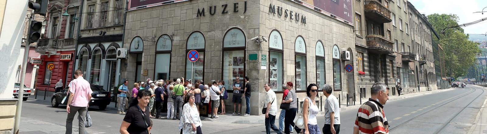 Vor dem Museum von Sarajevo für die Jahre 1878 bis 1918 steht eine lange Schlange von Besuchern; Bild: dpa