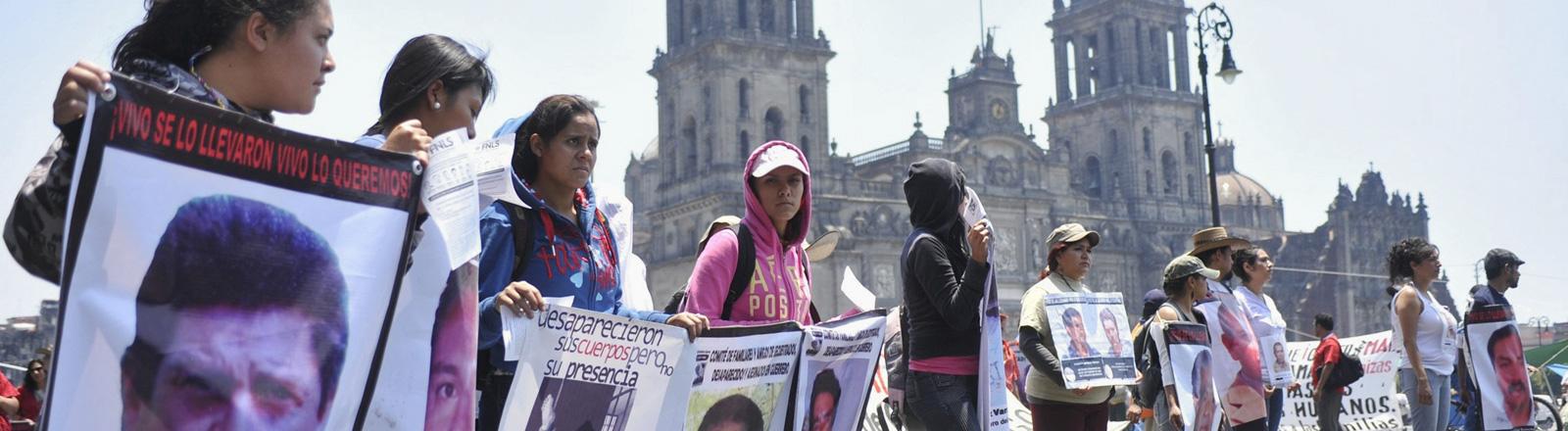 In Mexiko Stadt demonstrieren Angehörige und Menschenrechtler gegen das Verschwinden von Menschen. Sie halten Transparente in den Händen, die Bilder von Vermissten zeigen; Bild: dpa