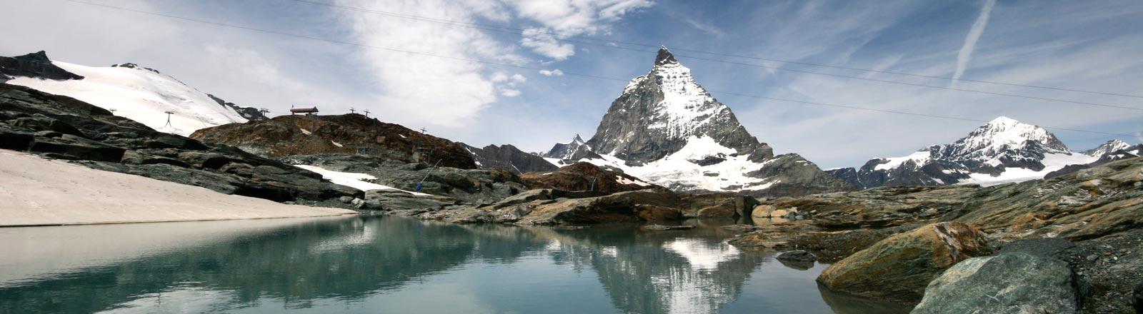 Ein Bergsee ist in der Schweiz.