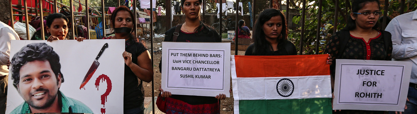 Studentinnen protestieren gegen das indische Kastensystem, das sie für den Selbstmord von Rohith Vemula verantwortliche machen.
