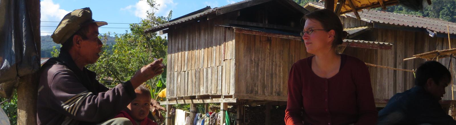 Rosalie Stolz im Gespräch mit einem Dorfbewohner und seinem Enkel.