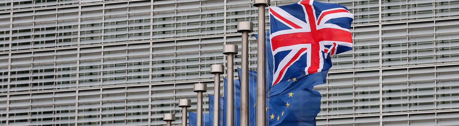Britische und EU-Flaggen vor dem EU-Kommissiongebäude in Brüssel.