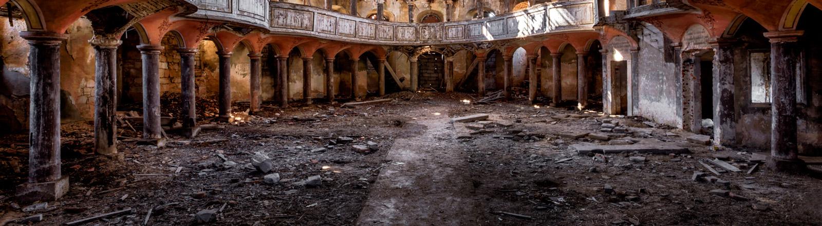 Ein zerfallenes Gebäude, innen