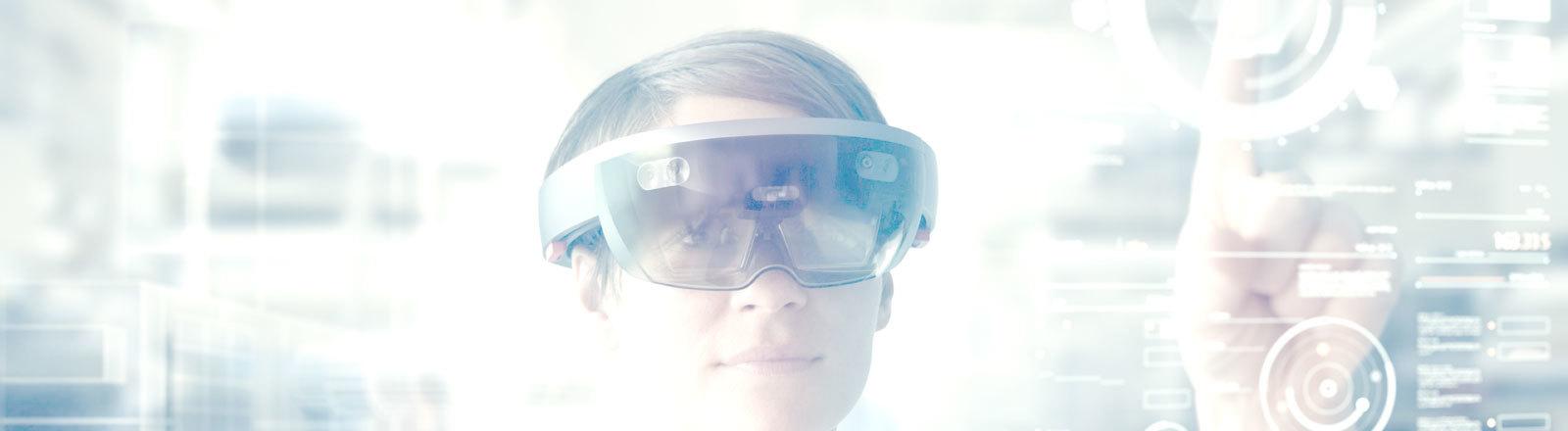 Frau trägt VR-Brille und tippt auf transparenten Bildschirm.