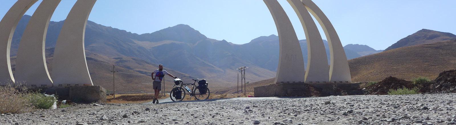 Marco überquert den Golestan Pass im Iran.