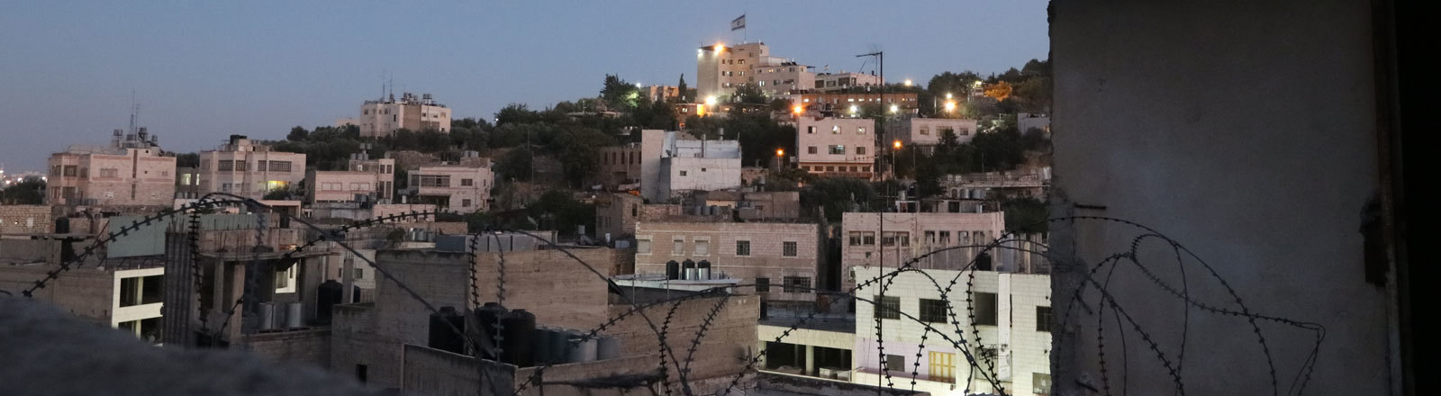 Blick vom Dach auf die israelische Siedlung Mitten in Hebron